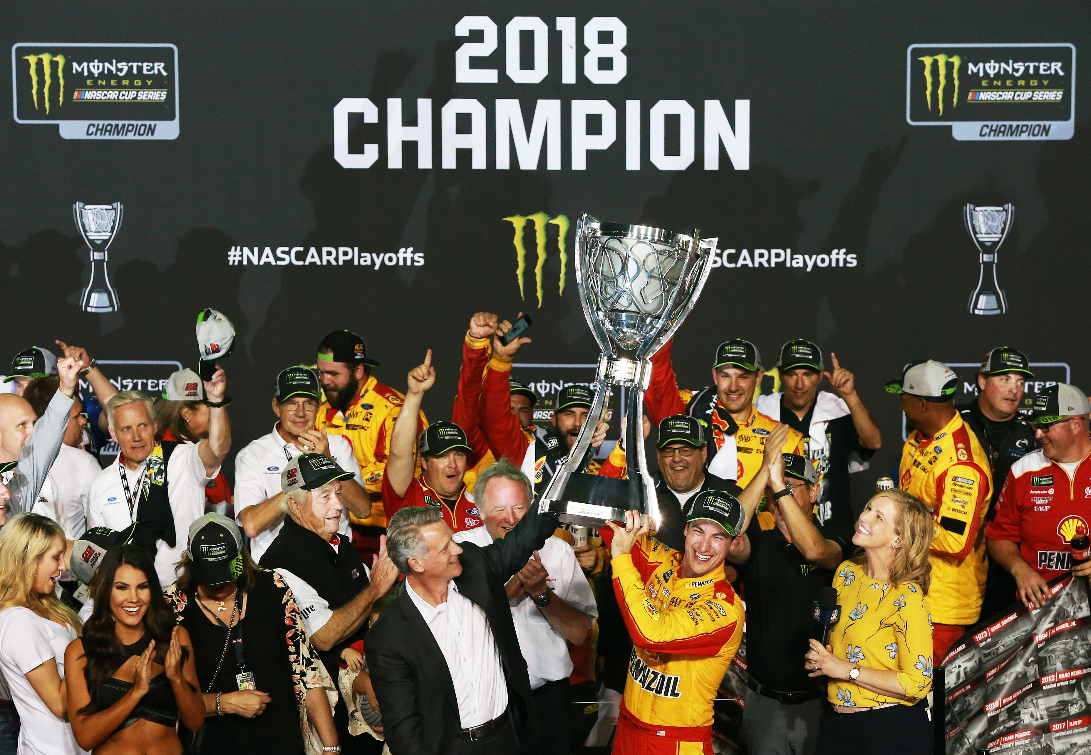 Logano celebra el campeonato