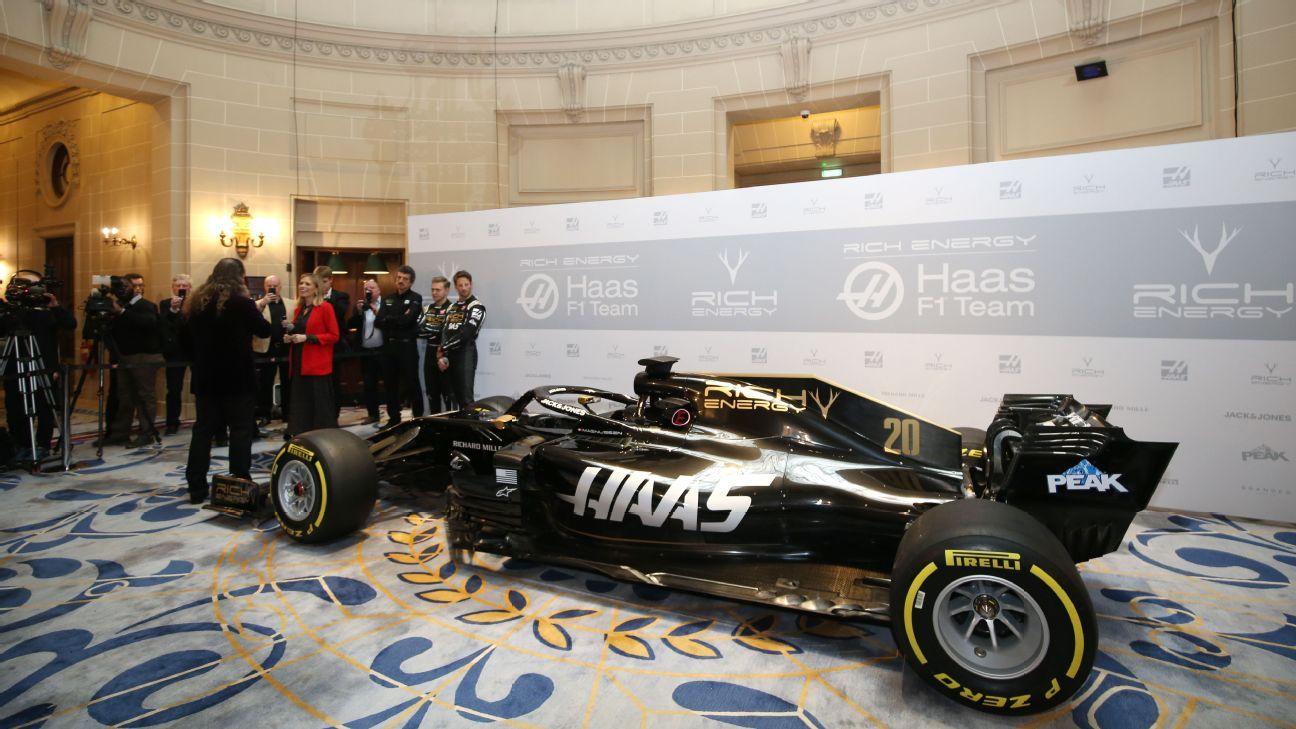 La livery del VF-19 siendo presentada en Londees por el equipo Haas y su nuevo patrocinador, Rich Energy
